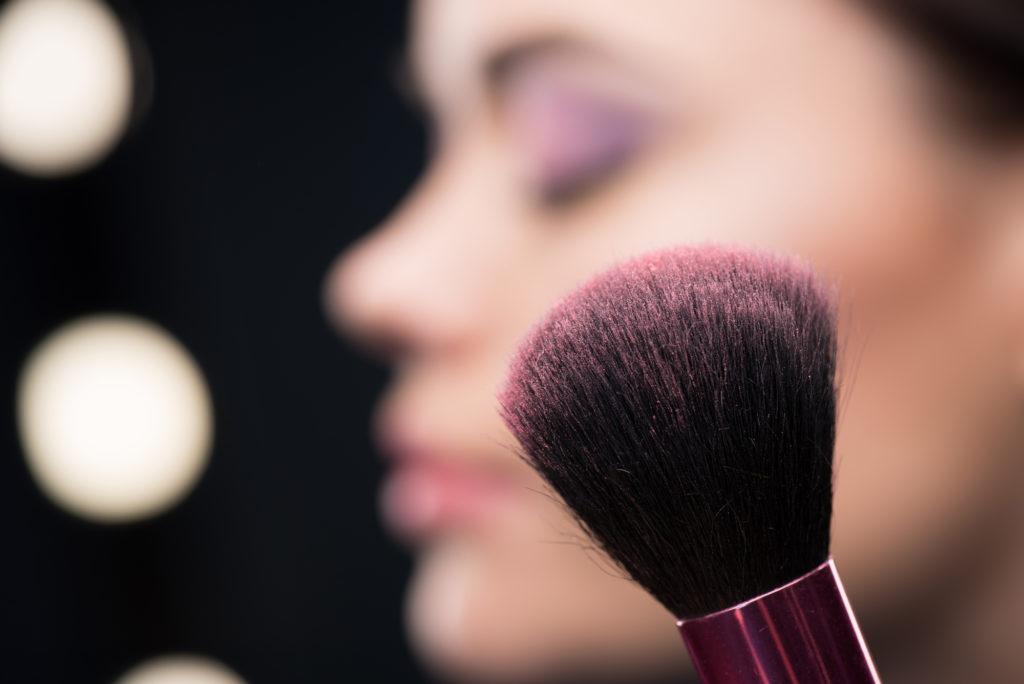 Como escolher a cor de blush ideal para o seu tom de pele.